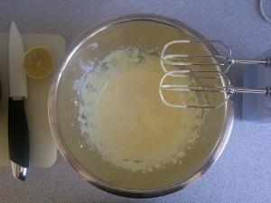 Dotter und Zucker für Zitronencreme schlagen