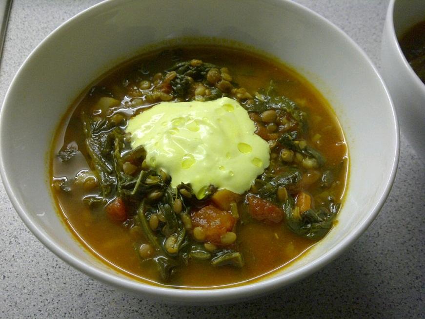 Spinat-Linsen-Suppe mit Kohl und Safranjoghurt