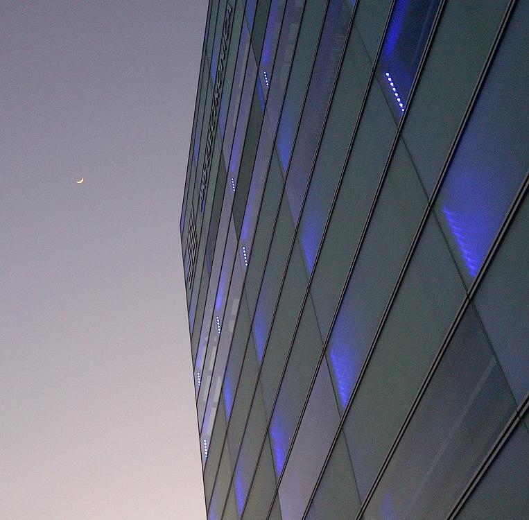 Mond am Himmel über AEC
