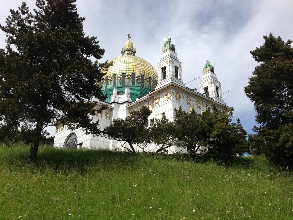 Blumenwiese vor Otto Wagner Kirche