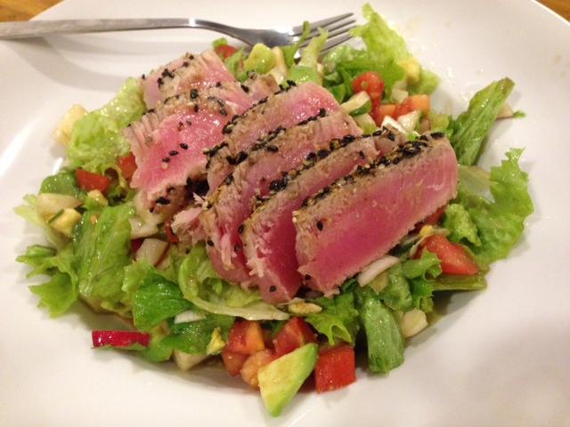 Ponzu-Thunfisch auf Salat