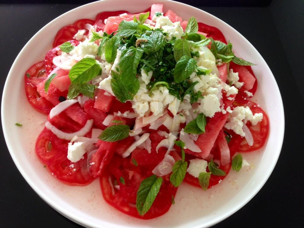 Rosa Tomaten und Wassermelonen Salat