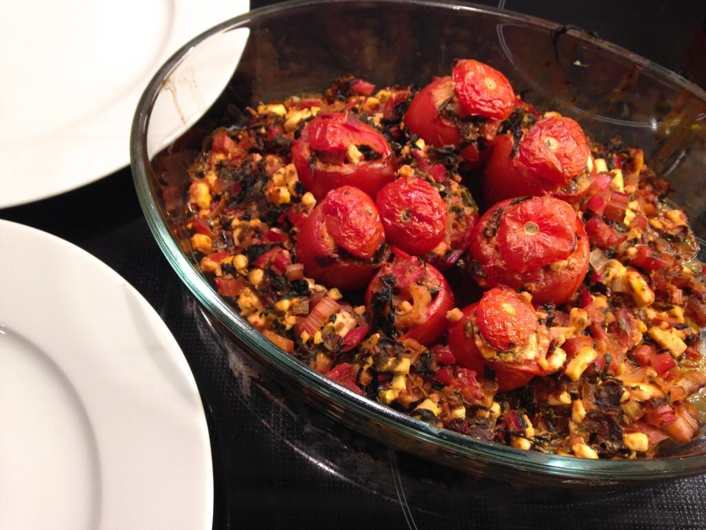 Gefüllte Tomaten im Mangoldbett