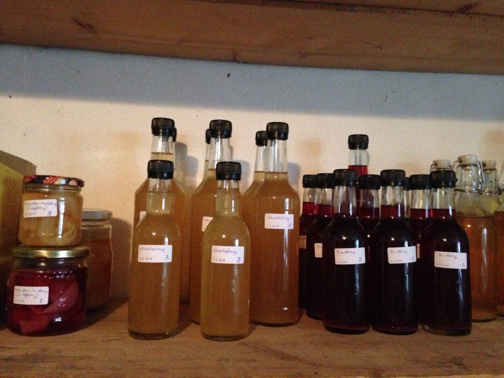 Meine Essig-Ausbeute von letztem Wochenende: Apfel-, Dirndl- und Kriecherl-Essig